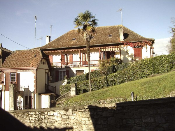 A beautifully renovated large bearnaise house which offers the adaptability of either a five bedroom family home or a three bedroom house with independent two bedroom apartment. Ideally situated for a holiday home, in the thermal spa town of Salies de Bearn, the property has enormous potential as an