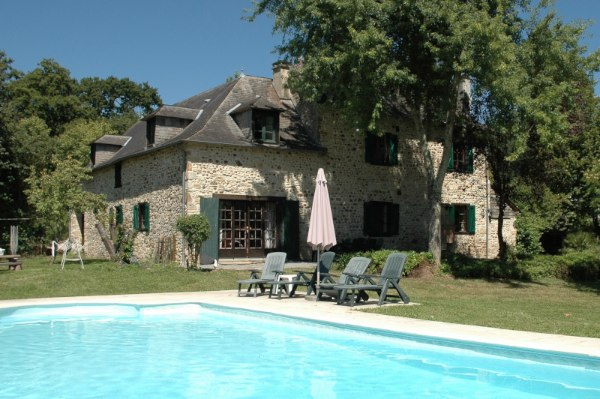 This lovely, stone-exposed country home with 4 bedrooms and 4682 m2 of land was built in 1790. The views to the countryside are purely relaxing. The property has been renovated and is close to the picturesque town of Oloron-Sainte-Marie and the ski station La Pierre Saint Martin and Gourette.