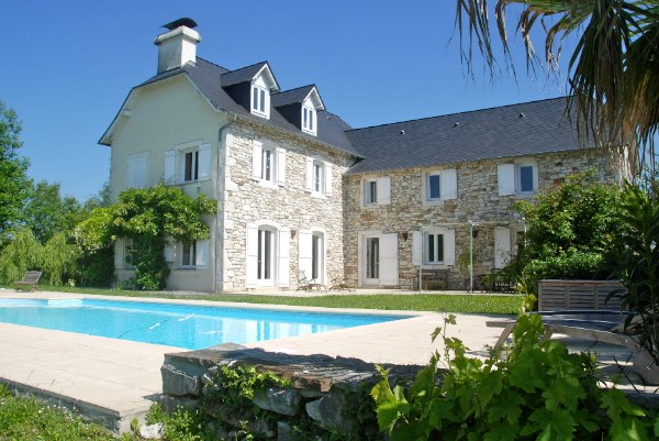 This delightful L shaped stone farmhouse is situated in the heart of the Juran�on vineyards just 15 minutes south of the beautiful historic city of Pau.  Owing to its elevated position, the property enjoys open views of the surrounding countryside and the Pyrenees mountains