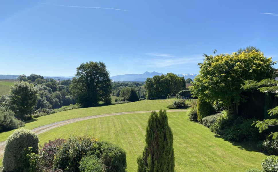 An Immaculately Presented Property with Picturesque Mountain Views !