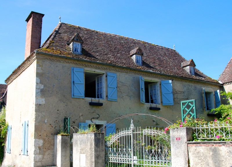 This enormously appealing 17C B�arnaise house is situated in the heart of its charming Medieval village, just 30 mins north west of Pau.  Accommodation is currently provided in the house and there is enormous potential to develop into the adjoining barn.