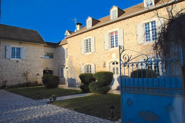 French Character Homes is delighted to be marketing this handsome 18C Maison de Maître, which has been subject to professional refurbishment.  The Estate includes the 5 bedroom Maison de Maître;  its former barn currently serving as an entertaining area (billiard room / bar etc); a 4.5 x 11m heated
