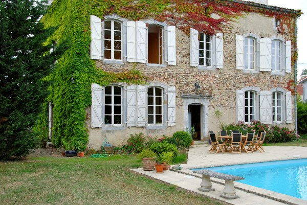 A handsome Maison de Maître and once former Convent dating back to 1846.  The estate includes the Maison de Maître; its former 'Boulangerie' (currently serving as a large entertainment room); a salt-water swimming pool and 0.5 hectares of land.  The property retains the atmosphere of a traditional