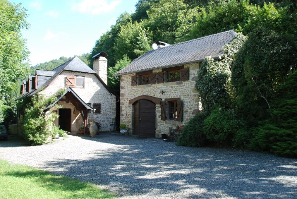 Situated just 20 minutes south west of Pau on the edge of its small village in the Jurançon wine region.  This delightful property is privately located at the end of a 1km driveway (maintained by the local council) and nestled within 2 hectares of land.