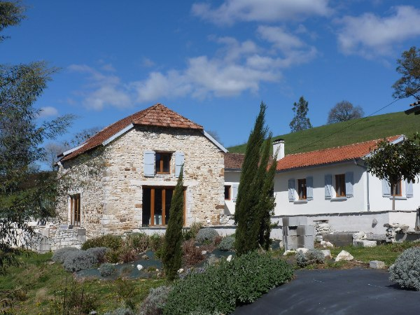 A beautifully transformed Béarnaise farmhouse and stone barn with a salt-water pool and panoramic views across undulating countryside and the Pyrénées mountain range. Superbly located equi-distant between three popular tourist towns of the region, Sauveterre de Béarn, Navarrenx and Salies de Béarn,