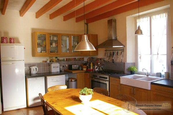 MAIN HOUSE : Kitchen