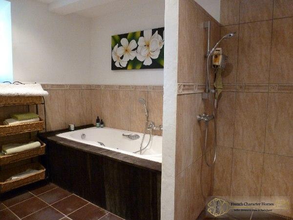 CONVERTED BARN : Master Bedroom En-suite II