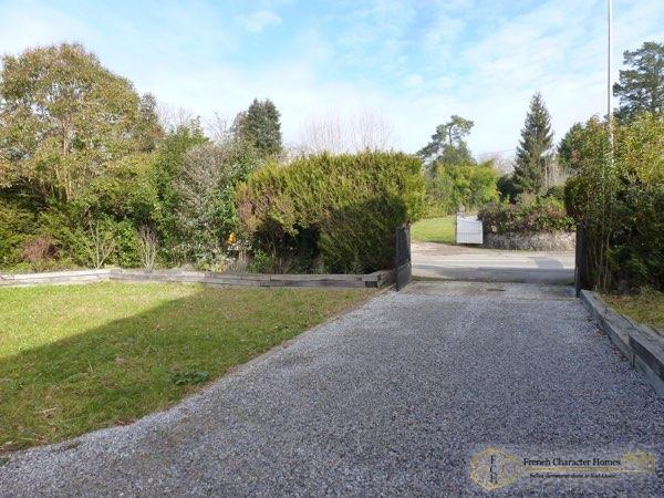 Entrance Driveway & Garden